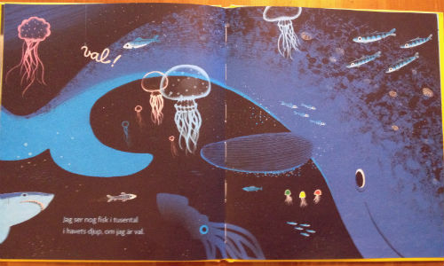Uppslag med bild av en stor val, ur boken Önskedagen av Laura Leuck.
