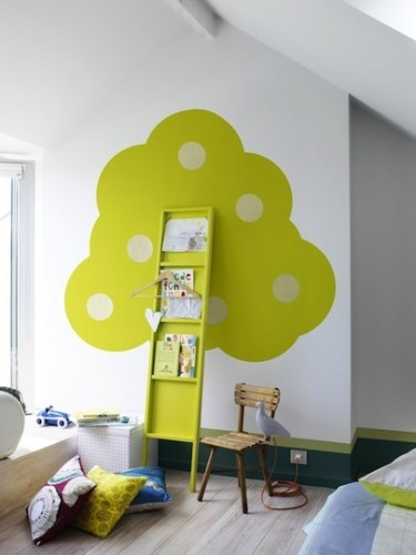 Bokhylla och väggmålning i ett