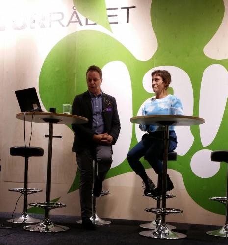 Pija Lindenbaum och Patric Steorn på en scen