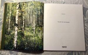 Illustration av björkskog på bokens första uppslag